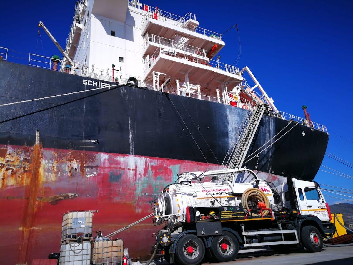 servicio de extracción de crudo y combustible en barco